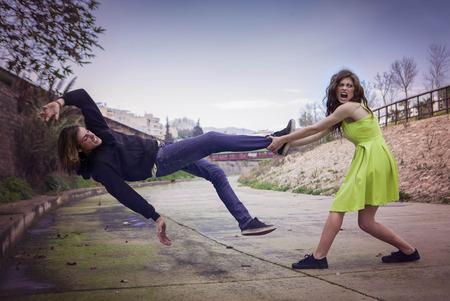 peleando: concepto de la violencia femenina lucha enojado