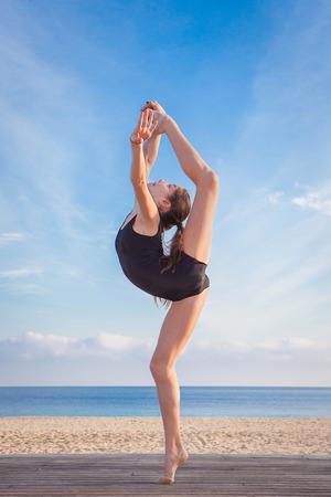 estiramientos: ajustarse bailarín joven sana que hace estirar pose