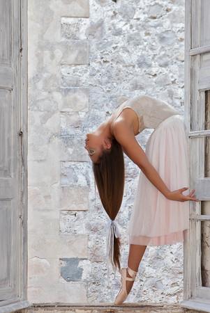 tänzerin: elegante Balletttänzer mit schönen langen Haaren