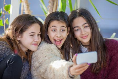 hapy niñas que toman la foto de grupo autofoto
