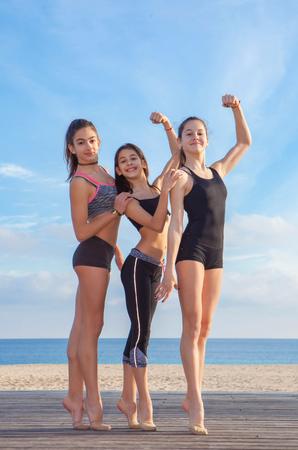 grupo de jóvenes atletas sanos aptos