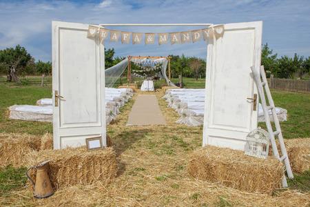 cérémonie mariage: décor extérieur de la salle de mariage de pays rural