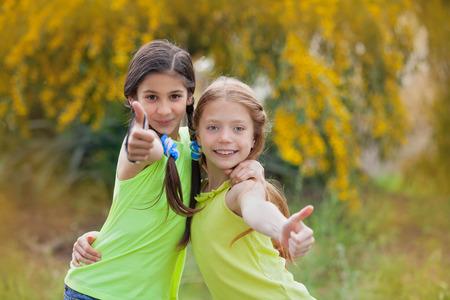 Diverse gelukkig lachende kinderen op zomerkamp thumbs up Stockfoto - 53040406
