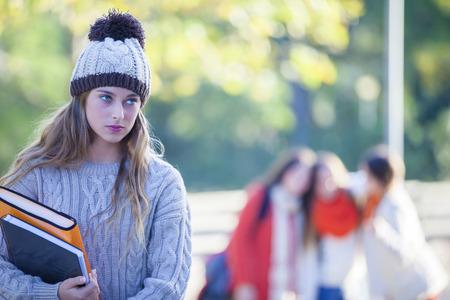 peer to peer: matones matón adolescente presión de pares de intimidación nueva chica