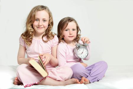子供たち就寝、物語の本や目覚まし時計。