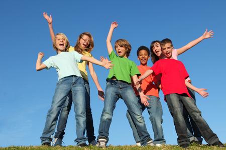 다양성 아이 또는 아이들 그룹 손 제기