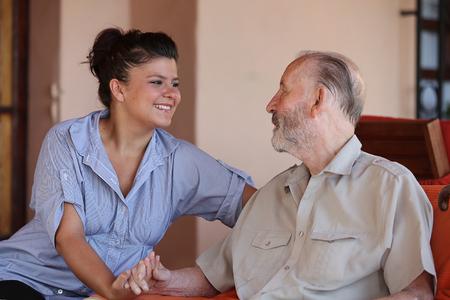 cuidador con el hombre mayor feliz Foto de archivo