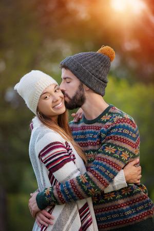 boyfriend and girlfriend, kiss in winte Stockfoto