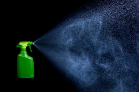 Spraydose Spray Aerosol-Spray auf schwarzem Hintergrund