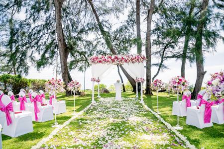 Lugar para bodas en la playa al aire libre con el pino y el fondo del océano, isla Samui, Tailandia Foto de archivo - 94232257