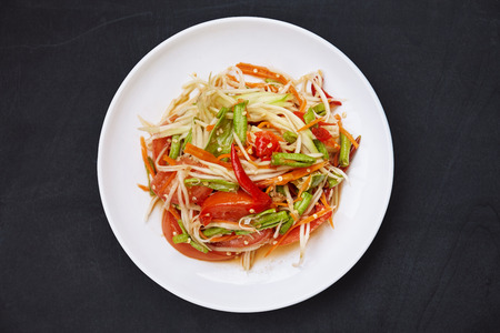 Cibo tailandese preferito, Som tam o papaya piccante mescolato con salsa di ingrediente tradizionale tailandese con peperoncino, pomodoro, fagiolo lungo, carota. Cibo famoso in Thailandia.