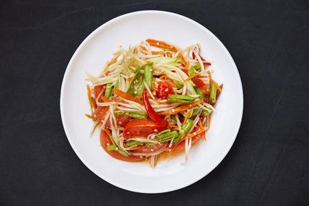 Lieblingsthailändisches Essen, Som Tam oder Papaya würzig gemischt mit thailändischer traditioneller Zutatensauce mit Chili, Tomaten, langen Bohnen, Karotten. Berühmtes Essen in Thailand.