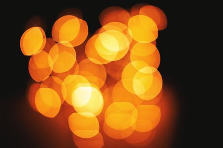 Fond circulaire défocalisé de lumières vives abstraites, bokeh de lumière jaune orange vif floue pour la fête, la bannière, les vacances, le nouvel an, la présentation