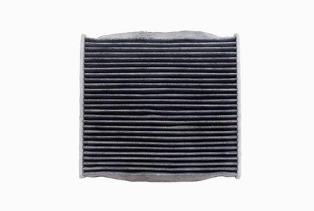 De bovenzijde van vuile airconditioning filters geïsoleerd op een witte achtergrond met uitknippad. Onderdelen voor auto's, autoservices.