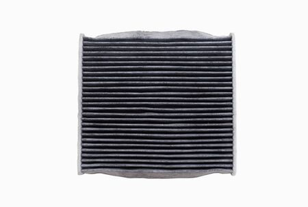 Il lato superiore dei filtri dell'aria condizionata sporchi isolati su sfondo bianco con tracciato di ritaglio. Auto, parti di servizi automobilistici.