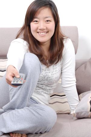 ver tv: Las niñas en casa para ver la televisión Foto de archivo