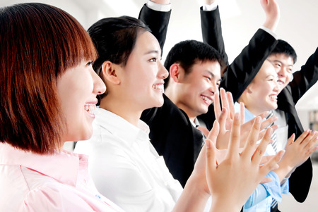 manos aplaudiendo: Primer plano de la gente de negocios que aplauden las manos.