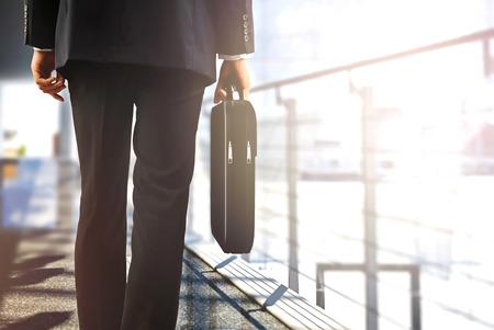 maletas de viaje: viajeros de negocios a pie en el aeropuerto con el equipaje