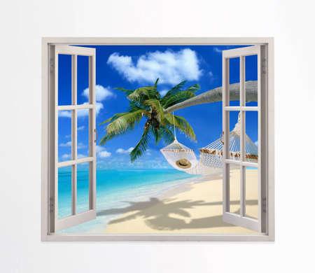 cielos abiertos: Ventana abierta en una playa Foto de archivo