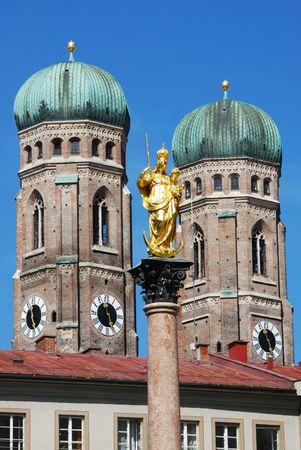 frauenkirche: Die goldene Skulptur von Saint Mary mit der Kirche Unserer Lieben Frau (Frauenkirche) in den Hintergrund. Blick vom Marienplatz in M�nchen (Deutschland, Bayern)