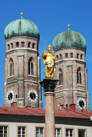 frauenkirche: The golden sculpture of Saint Mary with the Church of Our Lady (Frauenkirche) in the background. View from the Marienplatz in Munich (Germany, Bavaria) Stock Photo