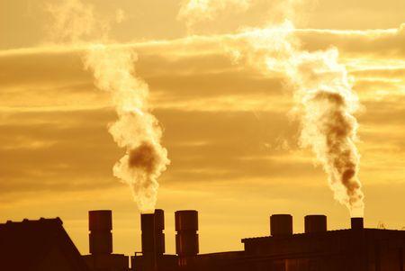 pollution air: La contaminaci�n del aire con el humo de una f�brica