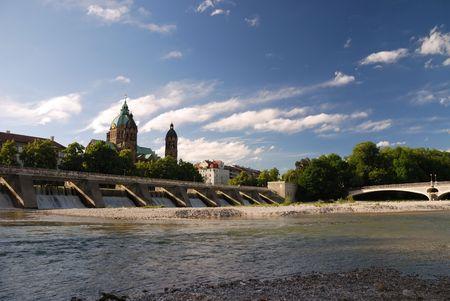 ルーク: イザール川でミュンヘンの聖ルカ教会。 写真素材