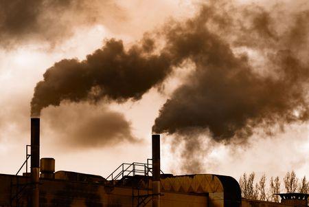 contaminacion aire: Dark humo de una antigua f�brica.  Foto de archivo