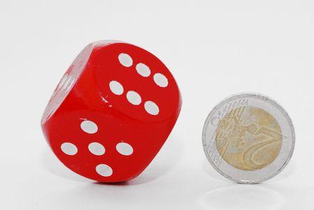 m�nzenwerfen: Gl�cksspiele mit einem roten rollenden W�rfel