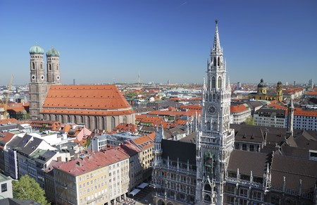 City house of Munich at the Marienplatz and the church of our lady Standard-Bild