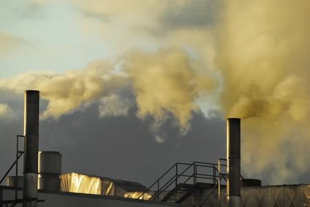 pollution air: La contaminaci�n atmosf�rica procedente de una f�brica Foto de archivo