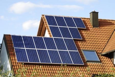 paneles solares: La energ�a alternativa con paneles solares Foto de archivo