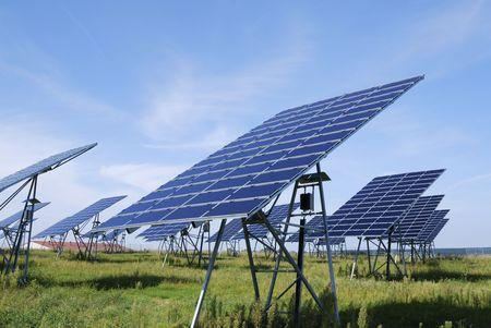 paneles solares: Energ�a alternativa, con un campo de campo de paneles solares Foto de archivo