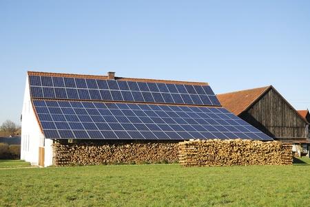 Altes Bauernhaus mit innovative Photovoltaik-Anlage Standard-Bild - 9606992