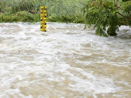 pluviometro: El nivel del agua en un río desbordado