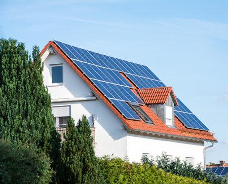 Nowoczesny dom z fotowoltaicznych ogniw słonecznych na dachu dla produkcji energii alternatywnej