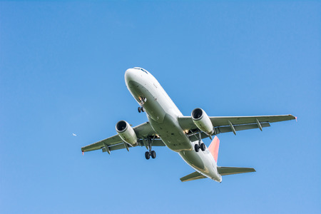 aviones pasajeros: Avi�n de pasajeros volando en el cielo