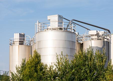 chemical plant: Opslagtanks van een chemische fabriek