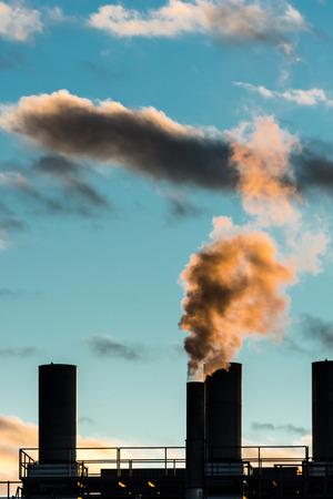 contaminacion aire: La contaminaci�n del aire de una chimenea Foto de archivo