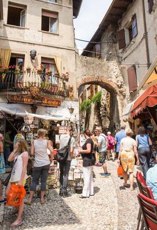 2015 年 6 月 1 日にイタリア マルチェージネでマルチェージネ, イタリア - 6 月 1 日: 観光客。イタリアの最も度々 行かれた観光地の一つであるガルダ