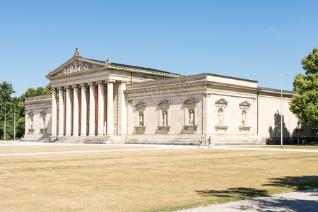 Reich: MUNICH, GERMANY - AUGUST 3: Tourits at the Koenigsplatz in Munich, Germany on August 3, 2015. During the third reich the square was used for Nazi parties. Foto taken from Koenigsplatz with view to the Glyptothek.