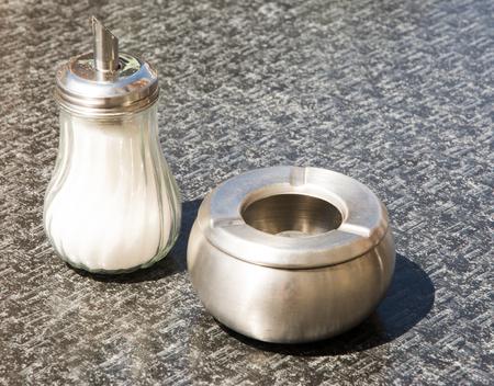 Shugar シェーカーと金属のテーブルの上の灰皿