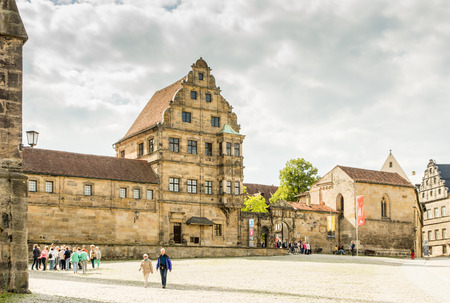 alte: BAMBERG, GERMANY - SEPTEMBER 4: Tourists at Alte Hofhaltung in Bamberg, Germany on September 4, 2015. The Alte Hofhaltung was residence of the bishops in the 16th and 17th centuries. Foto taken from Domplatz with view to the residence. Editorial