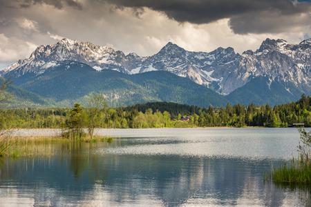 バイエルンのアルプスの湖 Barmsee 山