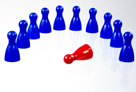 Pawns in a semicircle around the fallen leader in the middle Stock Photo