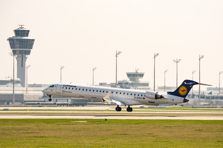 MUNICH, GERMANY - APRIL 9: Plane from Lufthansa  ariline landing on the airport of Munich, Germany on April 9, 2017. The ariport has over 40 million passengers a year. Foto taken from Hallbergmoserstr. Редакционное