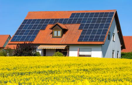 Nowoczesny dom z fotowoltaicznymi ogniwami słonecznymi na dachu do alternatywnej produkcji energii Zdjęcie Seryjne
