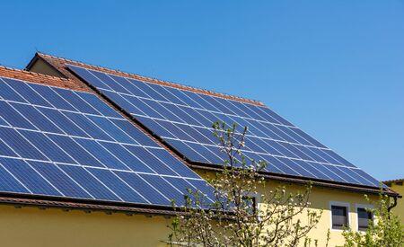Modernes Haus mit Photovoltaik-Solarzellen auf dem Dach zur alternativen Energieerzeugung