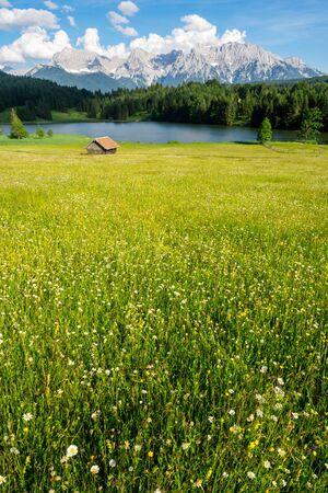 The idyllic lake Geroldsee in the Karwendel Mountains of the Bavarian alps. Stockfoto