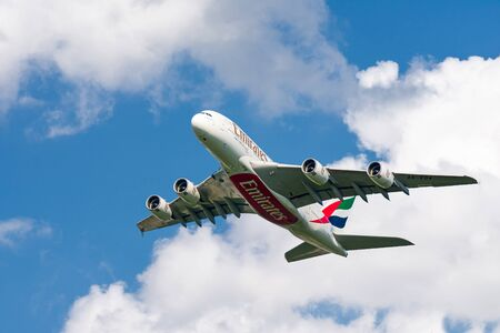 München, Deutschland - 11. September: Airbus A380 von Emirates Airline nach dem Start vom Flughafen München, Deutschland am 11. September 2019. Foto von der Freisinger Allee außerhalb des Flughafens.